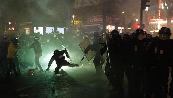 """La policía antidisturbios francesa se enfrenta a protestantes en París durante una manifestación contra el proyecto de ley de seguridad nacional, cuyo artículo 24 penalizaría la publicación de imágenes de agentes de policía en servicio con la intención de dañar su """"integridad física o psicológica''. (Foto: Thomas Coex / AFP)"""