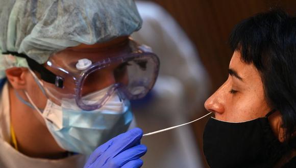 Un trabajador sanitario realiza una prueba rápida de antígeno para coronavirus COVID-19 en Barcelona, España. (Foto: Lluis Gene/AFP).