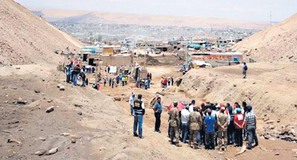 El ministro Zeballos visitó ayer las localidades afectadas por huaicos en el distrito de Alto de la Alianza. (Foto: PCM)