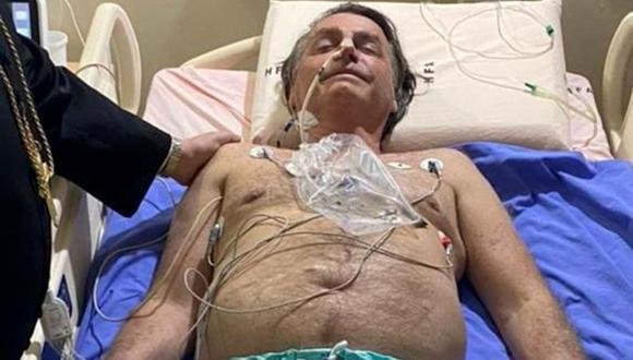 Esta fotografía obtenida de la cuenta de Twitter del presidente de Brasil, Jair Bolsonaro (@jairbolsonaro), muestra al mandatario en su cama de hospital en Brasilia el 14 de julio de 2021. (AFP).