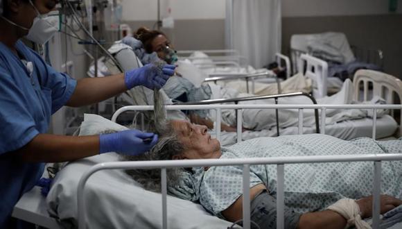 Personal médico trabaja en la UCI del Hospital de M'Boi Mirim, en un suburbio de Sao Paulo. Este lugar parece un escenario de guerra que está abarrotado de enfermos de coronavirus COVID-19. (Foto: EFE/FERNANDO BIZERRA).