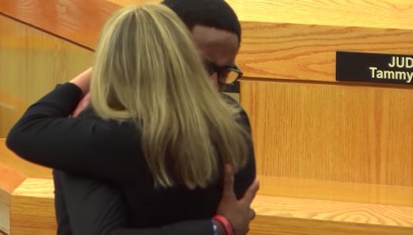 Así fue como el hermano de Botham Jean abrazó y perdonó a la expolicía de Dallas que mató a su hermano 'por error'. | Facebook RT