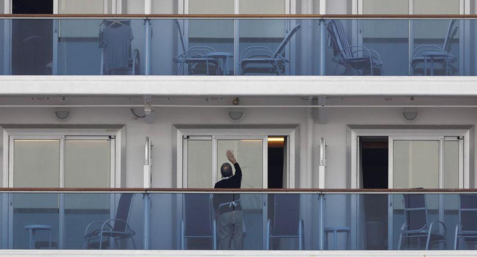 Fotografía de un pasajero limpiando la ventana de su cabina en el crucero Diamond Princess. (AP).