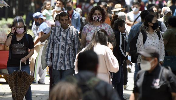 La gente camina por la Avenida Reforma, en la Ciudad de México el 26 de julio de 2021. - México, con 126 millones de habitantes, enfrenta una tercera ola de contagios de COVID-19, aunque los indicadores de muertes y hospitalizaciones se mantienen alejados de los niveles de enero -cuando la La tasa de ocupación fue del 95% y el número de muertos superó las 900 muertes por día. (Foto de ALFREDO ESTRELLA / AFP)