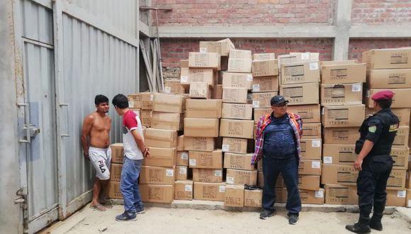 La Policía encontró las cajas que contenían la mercadería durante un allanamiento a una cochera en Lurín. (Foto: Escuadrón de Emergencia Sur 2)