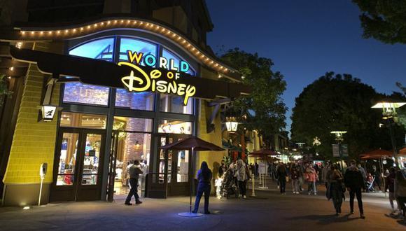 En esta foto de archivo tomada el 19 de noviembre de 2020, la gente espera en la fila para ingresar a una tienda mientras la gente visita Disneyland, donde partes del parque abrieron para más tiendas y restaurantes como una extensión del Distrito Downtown Disney en Anaheim, California. (Foto: Frederic J. BROWN / AFP).
