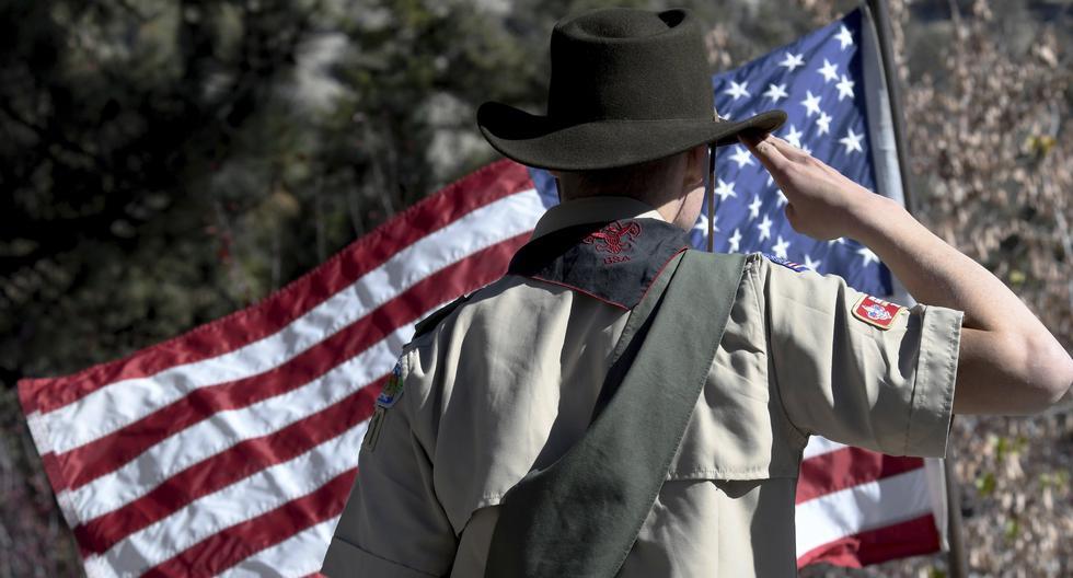 Los Boy Scouts participan en una ceremonia del Día de los Veteranos en Wrightwood, California, el 11 de noviembre del 2018. (James Quigg / The Daily Press vía AP).