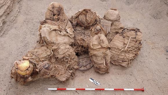 Objetos, alimentos, artefactos y fardos funerarios antiguos que contienen los restos de 8 habitantes que fueron descubiertos por trabajadores de la empresa distribuidora de gas Calidda. (Foto: Jesus BAHAMONDE / Calidda / AFP)
