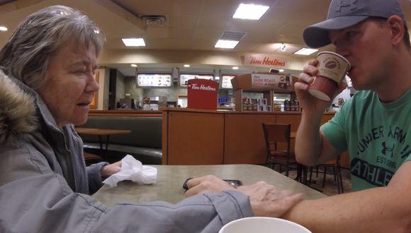 Una madre que sufre de 'demencia de cuerpo de Lewy' se olvidó de su hijo mientras este grababa un video y el triste momento quedó retratado en YouTube. (Foto: Captura)