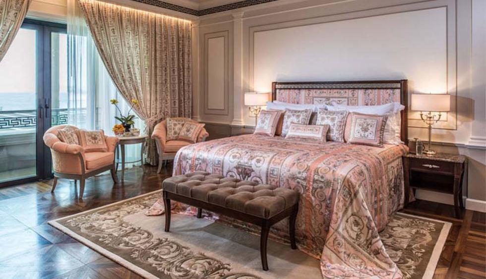 Palazzo Versace Gold Coast. Diseñado por Donatella Versace, este lujoso hotel se ubica en la ciudad de Queensland, Australia. Sus acogedoras habitaciones, que generan una sensación de calidez gracias al piso de madera, mantienen una estética clásica. (Foto: Instagram/@palazzoversace)