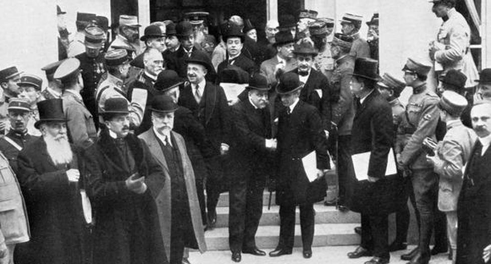Foto del 7 de mayo de 1919, durante las negociaciones previas al Tratado de Versalles. La imagen muestra a los delegados aliados afuera del Gran Trianón, en París. Al medio, el primer ministro francés, Georges Clemenceau. (Getty Images)