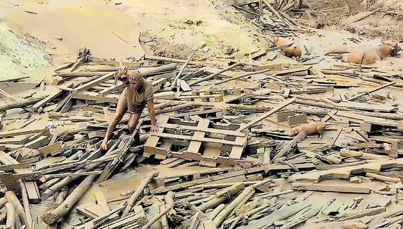 Evangelina Chamorro saliendo del lodo de un huaico