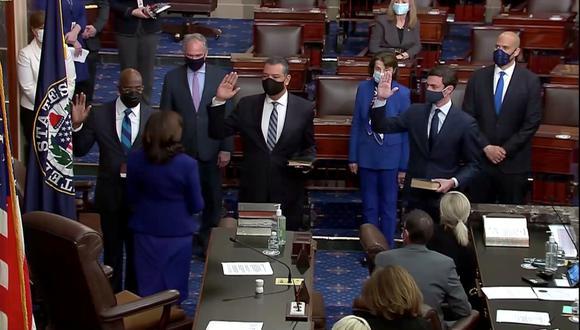 Raphael Warnock, Jon Ossoff y Alex Padilla juramentan frente a la vicepresidenta Kamala Harris en la Cámara del Senado. REUTERS