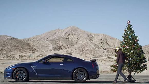 Así se quitan los adornos de navidad con un Nissan GT-R [VIDEO]