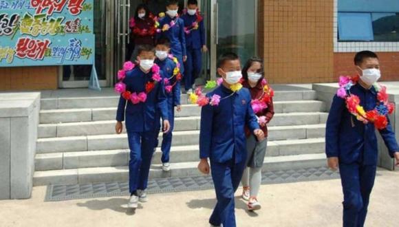 Medios estatales de Corea del Norte publicaron fotos de una ceremonia para los supuestos voluntarios. (MINJU CHOSUN).