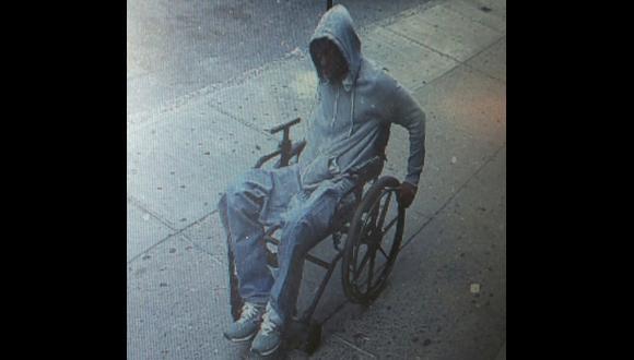 Increíble: Hombre en silla de ruedas roba banco en NY y escapa