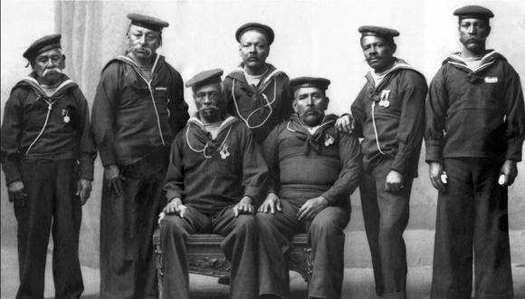 Grumete Alberto Medina Cecilia junto a sus compañeros tripulantes sobrevivientes del Huáscar.