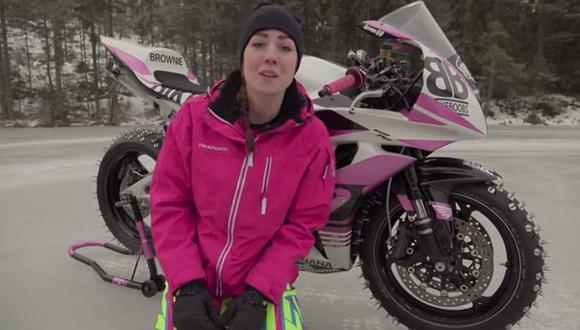 Motera prueba que puede igualar a campeón de MotoGP en la nieve