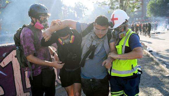 La Cruz Roja de Chile reporta escasez de insumos para curar heridos en las protestas. (AFP).