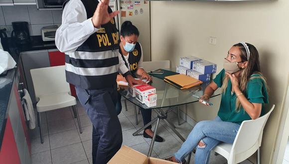 La mujer fue identificada como Paola Alexandra Félix Bisso, quien aparentemente comercializaba pruebas rápidas sin autorización del Minsa. (Foto: Dirección de Policía Fiscal – DIRPOLFIS PNP)