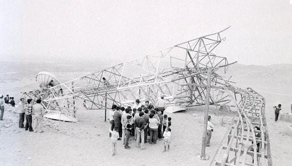 El 9 de octubre de 1981, presuntos miembros de Sendero Luminoso volaron una torre de alta tensión de la empresa Entel Perú en Huacho. (Foto: Carlos del Rosario / El Comercio)