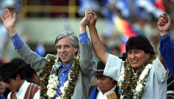 Evo Morales ascendió al poder en Bolivia tras vencer en los comicios del 2005. En la imagen aparece festejando junto a Alvaro García Linera, su vicepresidente durante estos casi 14 años de mandato y actualmente asilado en México junto a Morales. (AFP)