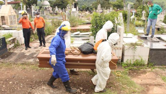 Trabajadores gubernamentales proceden a enterrar un féretro con una víctima de coronavirus en el cementerio de San Cristóbal, estado Táchira (Venezuela). (Foto: EFE/ Johnny Parra).