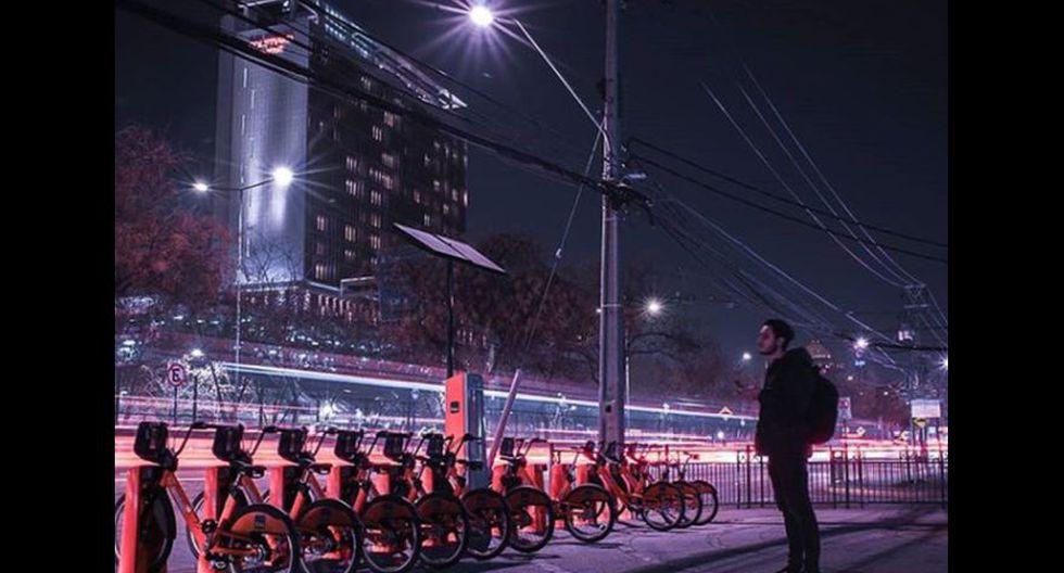 Se ve muchas estaciones de bicicletas que puedes usar pagando un costo no muy alto.