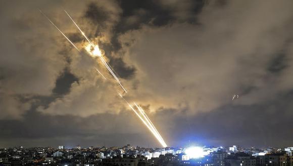 Cohetes son lanzados hacia Israel desde la ciudad de Gaza, controlada por el movimiento palestino Hamas, el 20 de mayo de 2021. (Foto de MAHMUD HAMS / AFP).