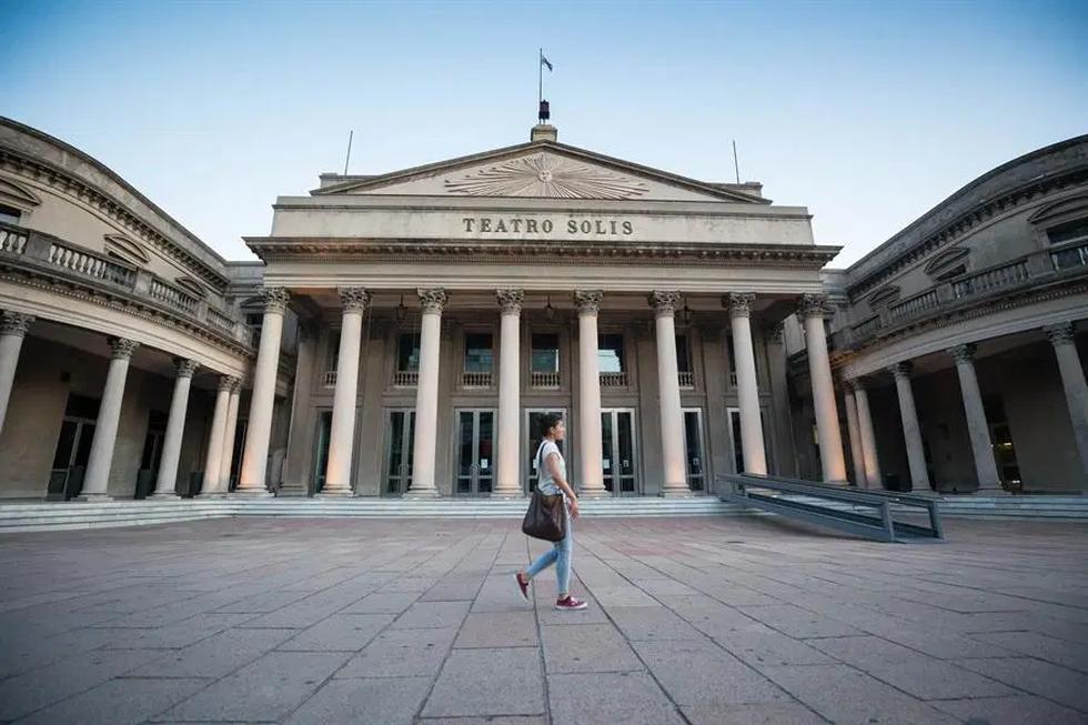 CNN Travel recomienda 21 destinos para visitar cuando se recobre la normalidad. En la imagen, el Teatro Solís, en Montevideo (Uruguay). (Foto: EFE)
