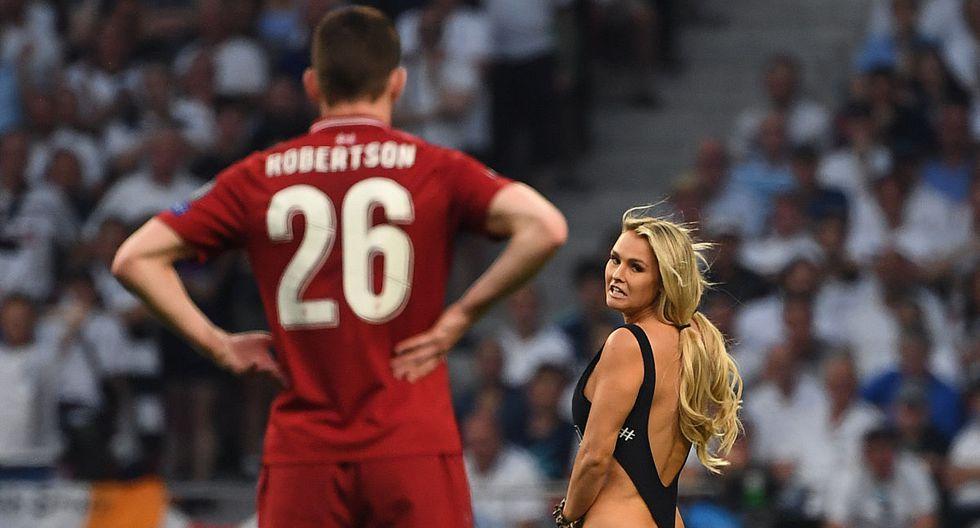 Andrew Robertson mira a una mujer corriendo en el campo durante el choque entre Liverpool y Tottenham por la final de la Champions League en el estadio Wanda Metropolitano. (Paul Ellis / AFP)