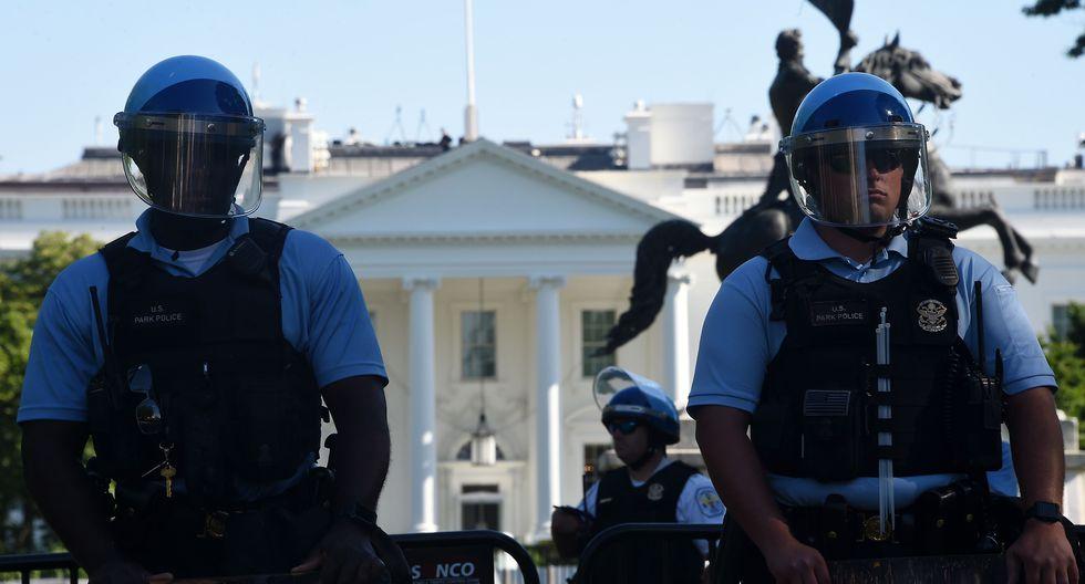 La policía custodia el perímetro de la Casa Blanca ante la presencia de numerosos manifestantes. (Foto por Olivier DOULIERY / AFP).