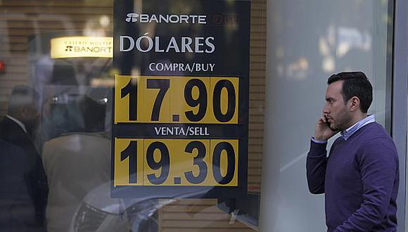 El dólar anotaba una subida de 0.35% en México este lunes. (Foto: AP)