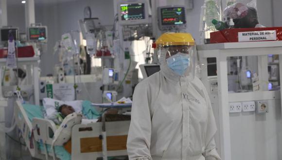 Personal de sanidad atiende a un enfermo con covid-19 en los domos de terapia intensiva del Hospital Japonés en Santa Cruz (Bolivia). (Foto: EFE/Juan Carlos Torrejón).