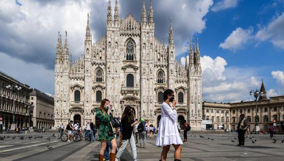 Coronavirus en Italia | Ultimas noticias | Último minuto: reporte de infectados y muertos hoy viernes 5 de junio del 2020. | Covid-19 | Una mujer joven camina por la Piazza del Duomo y la catedral en el centro de Milán. (Foto por Miguel MEDINA / AFP)