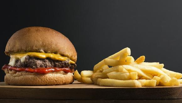 En Estados Unidos, un niño de 5 años llamó al 911 para pedir una hamburguesa; minutos después, un policía llegó a su casa para hablar con él y entregársela | Foto: Fotorech / Pixabay / Referencial