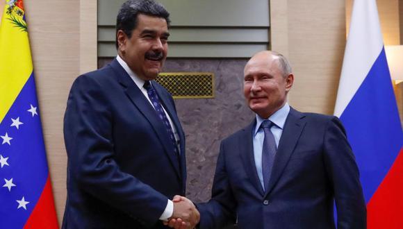 El presidente de Rusia, Vladímir Putin, estrecha la mano a su homólogo venezolano, Nicolás Maduro, durante la reunión en la residencia de Novo-Ogaryovo, en las afueras de Moscú, en diciembre del 2018. (Foto: EFE)