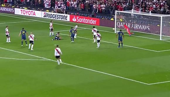En el último suspiro, el futbolista de Boca Juniors conectó un centro de volea que chocó en la base del arco de River Plate. (Foto: captura de video)