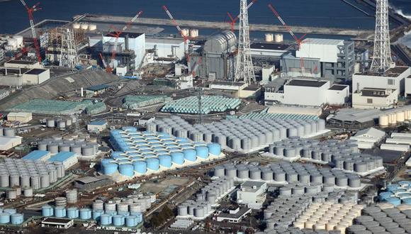 Una vista aérea muestra los tanques que contienen agua contaminada en la planta de energía nuclear de Fukushima Daiichi. (Foto: EFE).