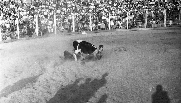 En mayo de 1961 el rodeo, realizado en el marco de una exposición ganadera, llamó la atención de gran cantidad de público. Solo unos cuantos se atrevieron a entrar al ruedo.  Foto: GEC Archivo Histórico