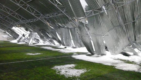 Caída de techo de campo deportivo mata a docente y a su hija