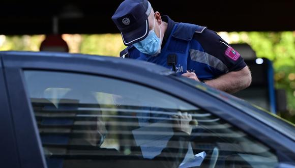 Imagen referencial. La policía local controla el movimiento de personas en el barrio de Puente de Vallecas en Madrid (España), el 21 de setiembre de 2020. (PIERRE-PHILIPPE MARCOU / AFP).