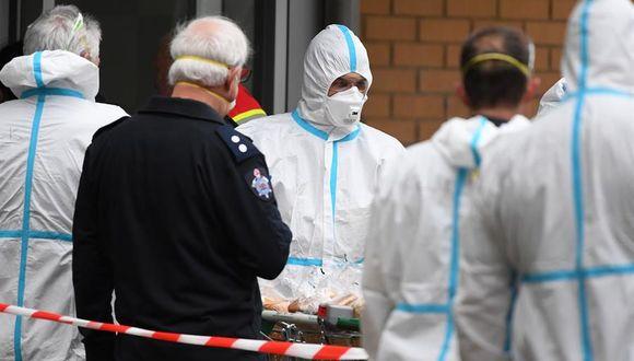 Coronavirus: Bomberos vestidos con equipo de protección personal se preparan para distribuir alimentos en una torre de viviendas públicas en el norte de Melbourne, Australia. (EFE / EPA / JAMES ROSS).