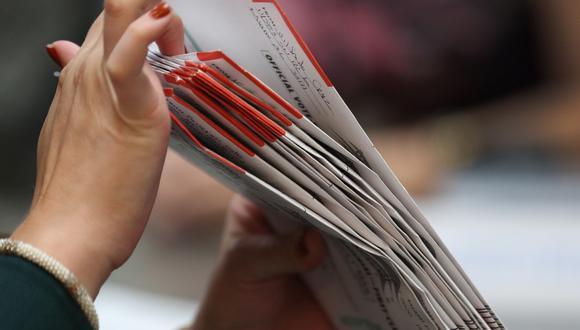 Imagen de boletas de votación por correo en el Departamento de Elecciones del Condado de Miami-Dade (Florida, Estados Unidos), el 15 de octubre de 2020. (Joe Raedle/Getty Images/AFP).