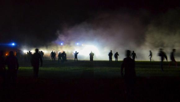Jóvenes en un campo durante los enfrentamientos mientras la policía intentaba disolver una fiesta rave no autorizada cerca de Redon, Bretaña (Francia), el viernes 18 de junio de 2021. (AP).