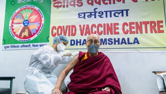 El líder espiritual tibetano, el dalái lama, es vacunado contra el coronavirus. REUTERS