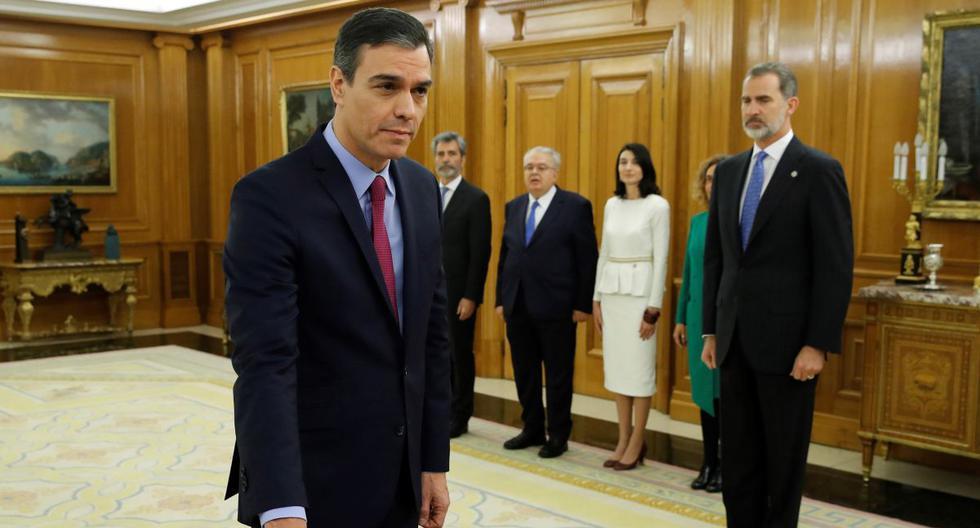 El primer ministro reelegido de España, el socialista Pedro Sánchez, presta juramento ante el rey Felipe VI, durante una ceremonia de juramentación en el Palacio de la Zarzuela en Madrid. (AFP)