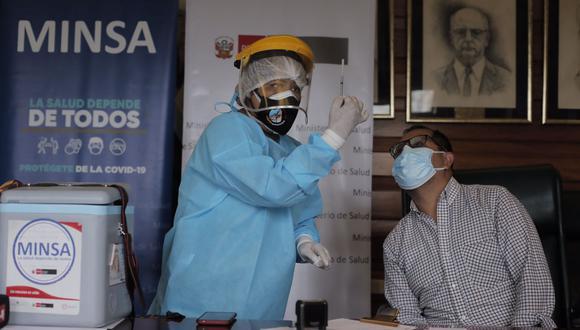 Desde el caso de las jeringas vacías, se ha determinado que las personas encargadas de vacunar deben mostrar la jeringa al ciudadano antes de inyectarla. (Leandro Britto / @photo.gec)
