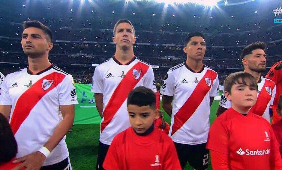 Como acto protocolar los futbolistas de Boca Juniors y River Plate entonaron el himno de Argentina, el cual se escuchó por todo lo alto en el Santiago Bernabéu. (Foto: captura de video)