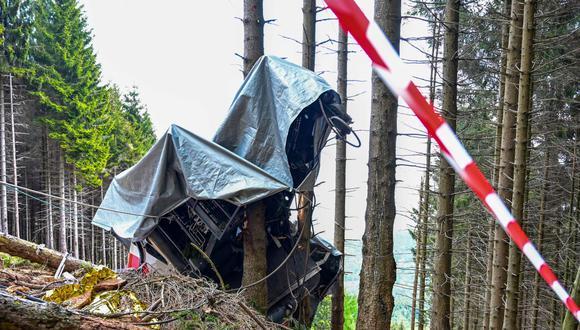 Los restos de la cabaña de un teleférico accidentado el 23 de mayo de 2021 en las laderas del pico Mottarone, sobre Stresa, Piamonte, en Italia. (MIGUEL MEDINA / AFP).